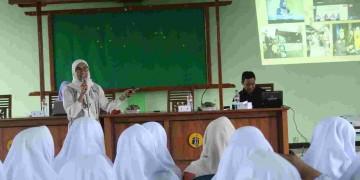 Oswas Putri Gelar Pelatihan MC bagi Santriwati